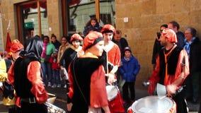 Los jugadores del tambor pasan a través de las calles del centro durante un evento medieval almacen de video