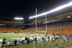 Los jugadores se alinean para el juego a través del campo cerca de la línea de meta de coll Imagen de archivo libre de regalías