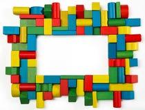 Los juguetes bloquean el marco, ladrillos de madera multicolores del edificio, grupo de c Imagen de archivo libre de regalías