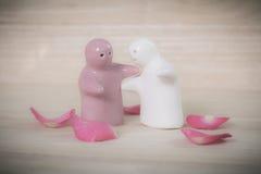 Los juguetes de cerámica están abrazando sus pares fotografía de archivo libre de regalías