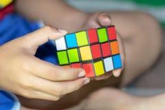 Los juguetes de los dados alternan rojo, verde, azul foto de archivo libre de regalías