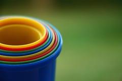 Los juguetes de los niños coloridos con un fondo verde Imagen de archivo libre de regalías