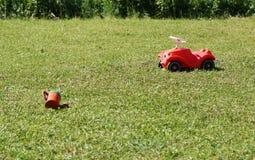 Los juguetes de los niños en el césped Imagenes de archivo