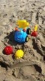 Los juguetes de los niños en la arena Foto de archivo