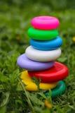 Los juguetes de los niños en la hierba Imagenes de archivo