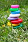 Los juguetes de los niños en la hierba Imagen de archivo libre de regalías