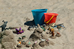 Los juguetes de los niños en la playa Imagenes de archivo
