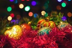 Los juguetes del Año Nuevo de la Navidad en un fondo borroso de la Navidad t Foto de archivo