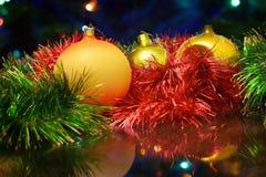Los juguetes del Año Nuevo de la Navidad en un fondo borroso de la Navidad t Imagen de archivo