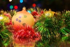 Los juguetes del Año Nuevo de la Navidad en un fondo borroso de la Navidad t Imágenes de archivo libres de regalías