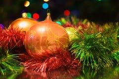 Los juguetes del Año Nuevo de la Navidad en un fondo borroso de la Navidad t Fotos de archivo