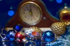 Los juguetes del Año Nuevo de la Navidad en un fondo borroso de la Navidad t Imagen de archivo libre de regalías