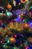 Los juguetes del Año Nuevo de la Navidad en un fondo borroso de la Navidad t Fotografía de archivo libre de regalías