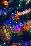 Los juguetes del Año Nuevo de la Navidad en un fondo borroso de la Navidad t Fotografía de archivo