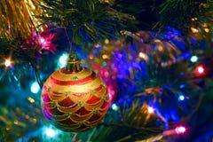 Los juguetes del Año Nuevo de la Navidad en un fondo borroso de la Navidad t Imagenes de archivo