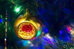 Los juguetes del Año Nuevo de la Navidad en un fondo borroso de la Navidad t Fotos de archivo libres de regalías