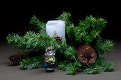 Los juguetes del Año Nuevo en árbol de abeto del fondo Imágenes de archivo libres de regalías