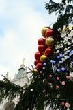 Los juguetes del Año Nuevo en el árbol de navidad totalmente ruso principal en el cuadrado de la catedral del Kremlin Fotos de archivo libres de regalías