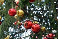 Los juguetes del Año Nuevo en el árbol de navidad totalmente ruso principal en el cuadrado de la catedral del Kremlin Imágenes de archivo libres de regalías