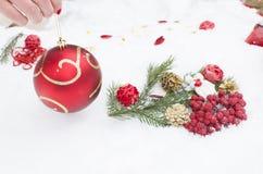 Los juguetes del Año Nuevo en la nieve, un día de fiesta Foto de archivo libre de regalías