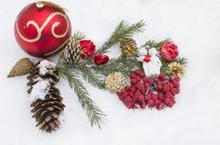Los juguetes del Año Nuevo en la nieve, un día de fiesta Imágenes de archivo libres de regalías