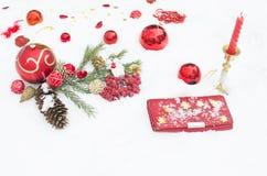 Los juguetes del Año Nuevo en la nieve, un día de fiesta Foto de archivo