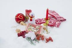 Los juguetes del Año Nuevo en la nieve, un día de fiesta Fotos de archivo libres de regalías