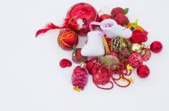 Los juguetes del Año Nuevo en la nieve, un día de fiesta Imagen de archivo libre de regalías