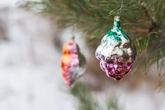 Los juguetes del Año Nuevo en un árbol Imagen de archivo libre de regalías