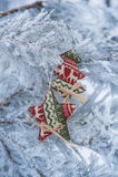 Los juguetes del Año Nuevo en un árbol nevoso Imagen de archivo libre de regalías