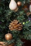 Los juguetes del Año Nuevo en un abeto Fotografía de archivo libre de regalías