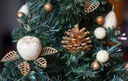 Los juguetes del Año Nuevo en un abeto Imagen de archivo libre de regalías