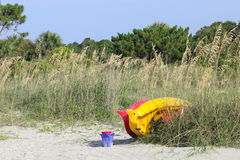 Los juguetes del kajak y de la playa aguardan Foto de archivo