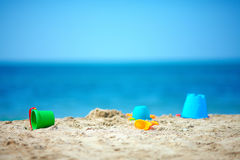 Los juguetes del niño en la playa del verano Imágenes de archivo libres de regalías