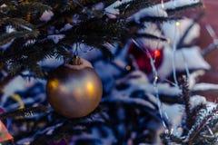 Los juguetes del ` s del Año Nuevo cuelgan en el árbol de navidad, decoración festiva en el árbol Imagen de archivo libre de regalías