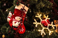 Los juguetes del ` s del Año Nuevo cuelgan en el árbol de navidad, decoración festiva en el árbol Foto de archivo libre de regalías