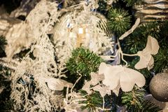 Los juguetes del ` s del Año Nuevo cuelgan en el árbol de navidad, decoración festiva en el árbol Imagen de archivo