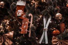 Los juguetes del ` s del Año Nuevo cuelgan en el árbol de navidad, decoración festiva en el árbol Imágenes de archivo libres de regalías