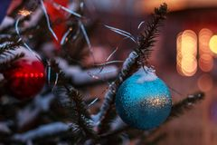 Los juguetes del ` s del Año Nuevo cuelgan en el árbol de navidad, la Navidad Imágenes de archivo libres de regalías