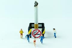 Los juguetes minúsculos corretean el cigarrillo Día de no fumadores del concepto Imagen de archivo