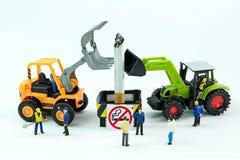 Los juguetes minúsculos destruyen el cigarrillo Día de no fumadores del concepto Foto de archivo libre de regalías
