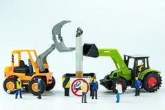 Los juguetes minúsculos destruyen el cigarrillo Día de no fumadores del concepto Fotografía de archivo libre de regalías