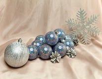 Los juguetes plateados hermosos del Año Nuevo. Aún-vida Imagenes de archivo
