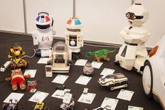 Los juguetes robóticos del vintage en el robot y los fabricantes muestran Fotos de archivo