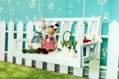 Los juguetes suaves del ` s de los niños en el sitio del ` s de los niños se encienden Imágenes de archivo libres de regalías
