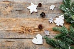 Los juguetes y los conos del pino para la celebración del Año Nuevo con las ramas de árbol de la piel en fondo de madera rematan  Fotografía de archivo