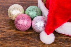 Los juguetes y el casquillo del Año Nuevo en una tabla Imágenes de archivo libres de regalías