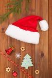 Los juguetes y el sombrero del Año Nuevo de Santa Claus Foto de archivo libre de regalías
