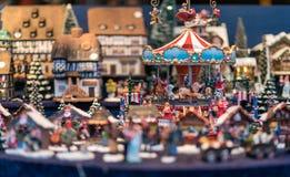 Los juguetes y las estatuillas de los niños Handcrafted en la exhibición en Gendarmen Fotografía de archivo