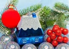 Los juguetes y las ramas nevadas del Año Nuevo. Todavía de la Navidad vida Imagen de archivo libre de regalías